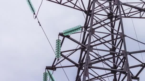Hochspannungs-Unterstützung von Hochspannungsleitungen. Transport von Strom durch den Draht. Energiewirtschaft. Erneuerbare Energien