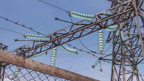 Spínané zdroje vysokého napětí transformátor v elektrárně. Podporuje drátů vysokého napětí. Elektrická rozvodna za plotem. Energetický průmysl, distribuce a doprava elektřiny.