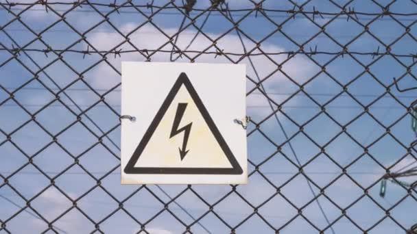 Hochspannungsleitungen. Gefahr eines Stromschlags. Lebensgefahr. Warnung vor einem Hochspannungsschock. elektrische Stützen mit Drähten. Verteilung und Transport von Elektrizität. Umspannwerk