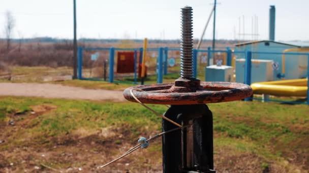 Plyn a ropného průmyslu. Potrubí s uzavíracím ventilem. Výroba, těžba, zpracování a skladování materiálů. Ropa a zemní plyn