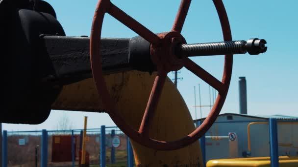 Ventily, potrubí, senzory v závodě na výrobu plynu a ropy. Detail ventil oleje. Výroba, skladování a skladování ropy a zemního plynu. Přírodní zdroje. Zásoby ropy