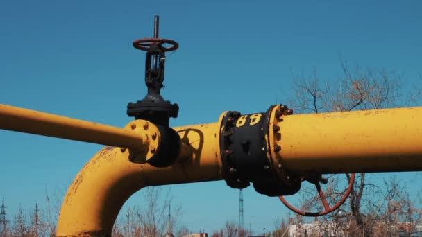 Potrubí s ventilem. Plyn a průmysl, rafinace ropy. Zpracování a ukládání stanice zemního plynu a ropy