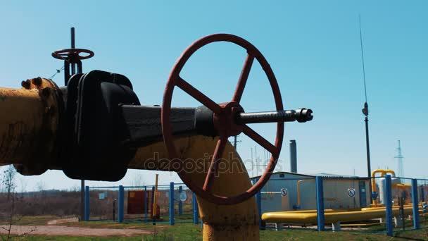 Öl- und Gasindustrie. Pipeline mit einem großen Absperrventil. eine Erdgasaufbereitungs- und Transportstation.