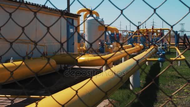 Gas- und Ölpipeline in der Anlage. Station zur Verarbeitung und Lagerung von Erdgas. Transport von Rohstoffen, Produktion von Kraftstoff. Rohre in den Gas- und Ölfeldern. Tankschiffe zur Lagerung.