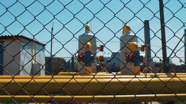 Pipeline di gas e petrolio. Raffineria di stazione di prodotti petroliferi e gas naturale. Valvole di intercettazione e una pipeline di gialla. Un serbatoio per il pompaggio, la pulizia e la conservazione dei gas prodotti. Produzione di combustibile da
