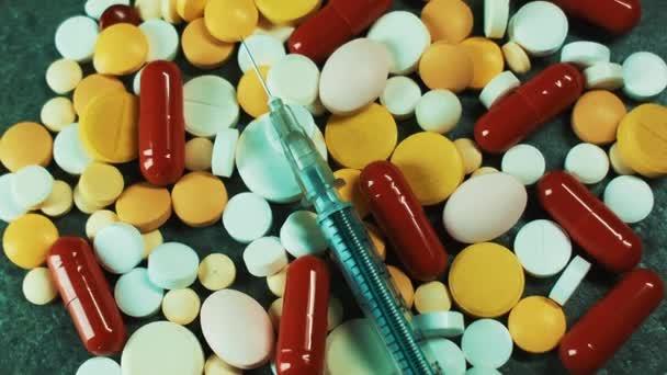 Medizinwissenschaft. Bunte Pillen und Pillen mit einer Spritze und einer Nadel. Behandlung von Krankheiten. Öffentliche Gesundheit. Pflege der Gesundheit. Abhängigkeit von Drogen und anderen Medikamenten. Hypnose
