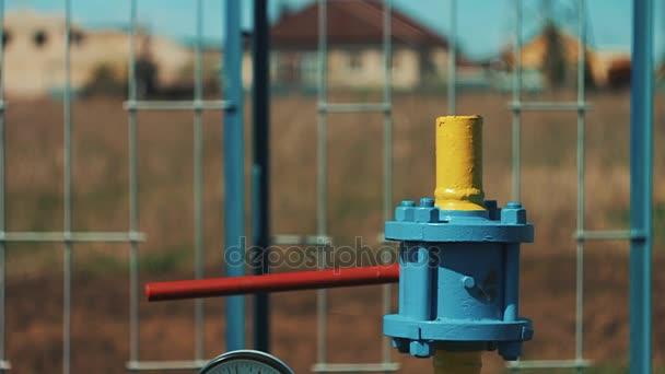 Gasspeicher und Versorgungsstation. Pipelines für den Gastransport. Anschlagventile und Manometer. Öl- und Gasgeschäft. die Gewinnungsindustrie natürlicher Ressourcen. Produktion von Kraftstoff.