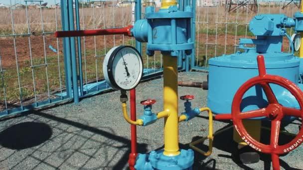 Plynovod s manometrem. Čerpací stanice pro čerpání zemního plynu. Čištění, skladování a přepravě zemního plynu. Produkce ropy a plynu