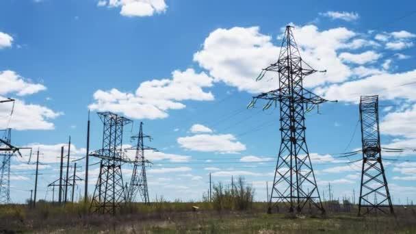 elektrické vedení. Elektrická vysokonapěťová podporuje. Přenos elektřiny po drátě.
