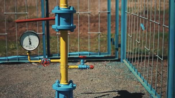 Förderung und Verarbeitung von Erdgas und Erdöl. Pipeline mit Manometer und Rückschlagventil. Pumpstation zum Pumpen und Speichern von Erdgas.