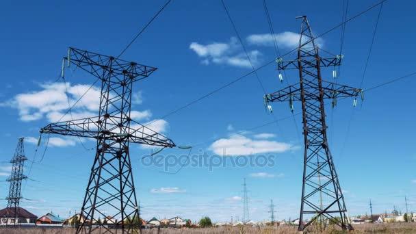 Elektro-Unterstützung von Hochspannungs-Stromkabel. Kraftwerk, Produktion und Transport von Strom. Stromversorgung. Generatoren und Transformatoren
