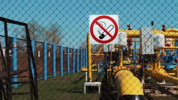 Öl- und Gasindustrie. Förderung und Transport. Rauchen verboten. Brandgefahr. Pumpwerk. Transport und Lagerung von Erdgas und Erdöl. Pipeline mit Manometer und Absperrung