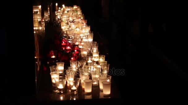 Menschen tragen Blumen und Kerzen an den Ort des Todes. Terroristischen Akt. Trauer und das Mitgefühl der Menschen. Nicht-menschliche Menschen starben in den Terroranschlag. Konsequenzen der militärischen Operationen, Terror und