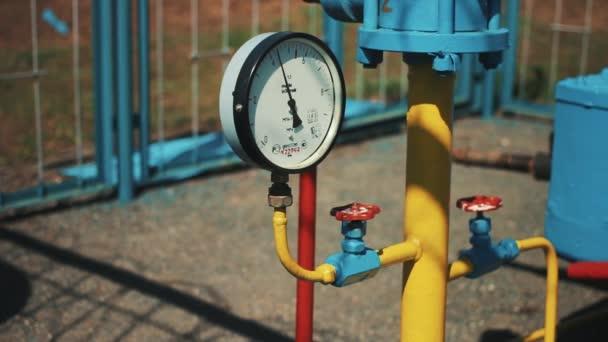 Tlakoměr na plynové potrubí. Stanice pro čištění a skladování zemního plynu. Ropný a plynárenský průmysl. Plynárna. Výroba paliva. Skladovací nádrže