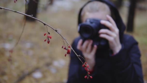 Fotografin fotografiert den Herbstwald. Kameraeinstellung, Zeitlupe