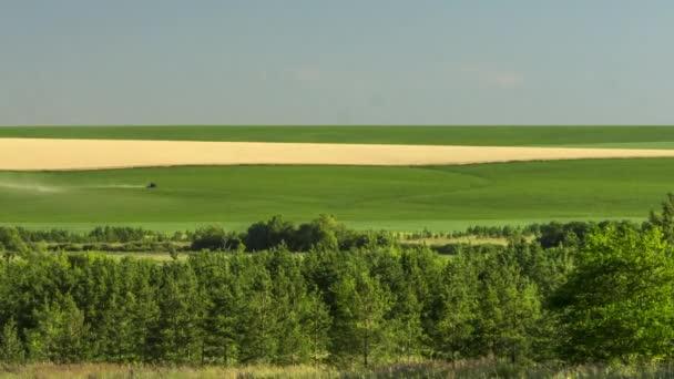 traktor, pracující na poli hnojiva sklizeň sena zemědělství