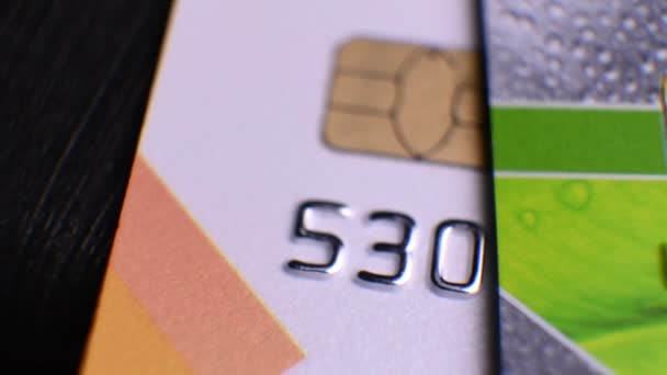 Kreditkarten verschiedener Banken liegen auf dem Tisch. Karten im Makro