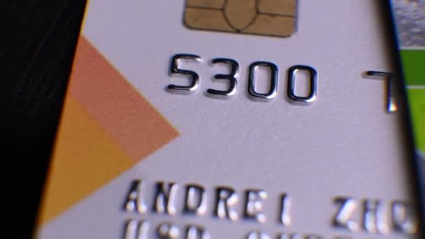 Kreditkarten im Makro. Mehrere Kreditkarten liegen auf dem Tisch