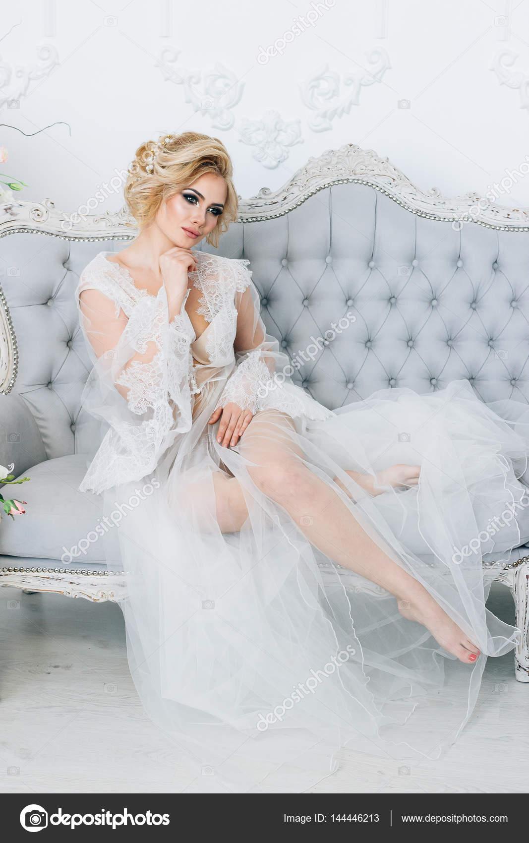 roskoshnaya-blondinka-v-neglizhe-uzkoy-popi