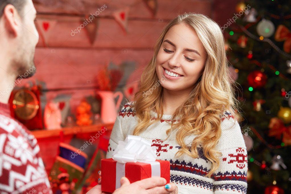 glückliche Frau Geschenk-Box von ihrem Freund erhalten — Stockfoto ...