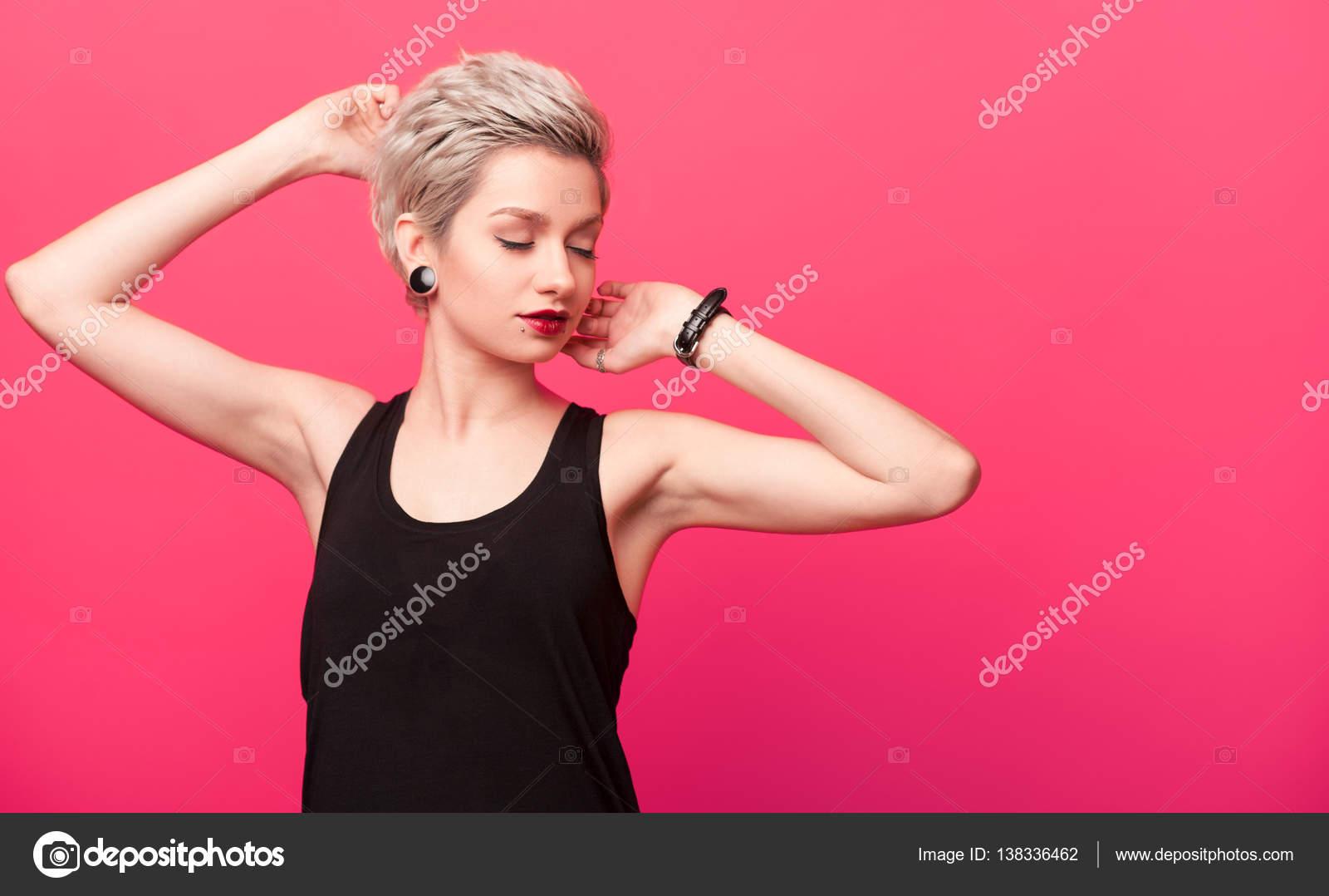 Blonde Avec Une Coiffure A La Mode Photographie Kegfire C 138336462