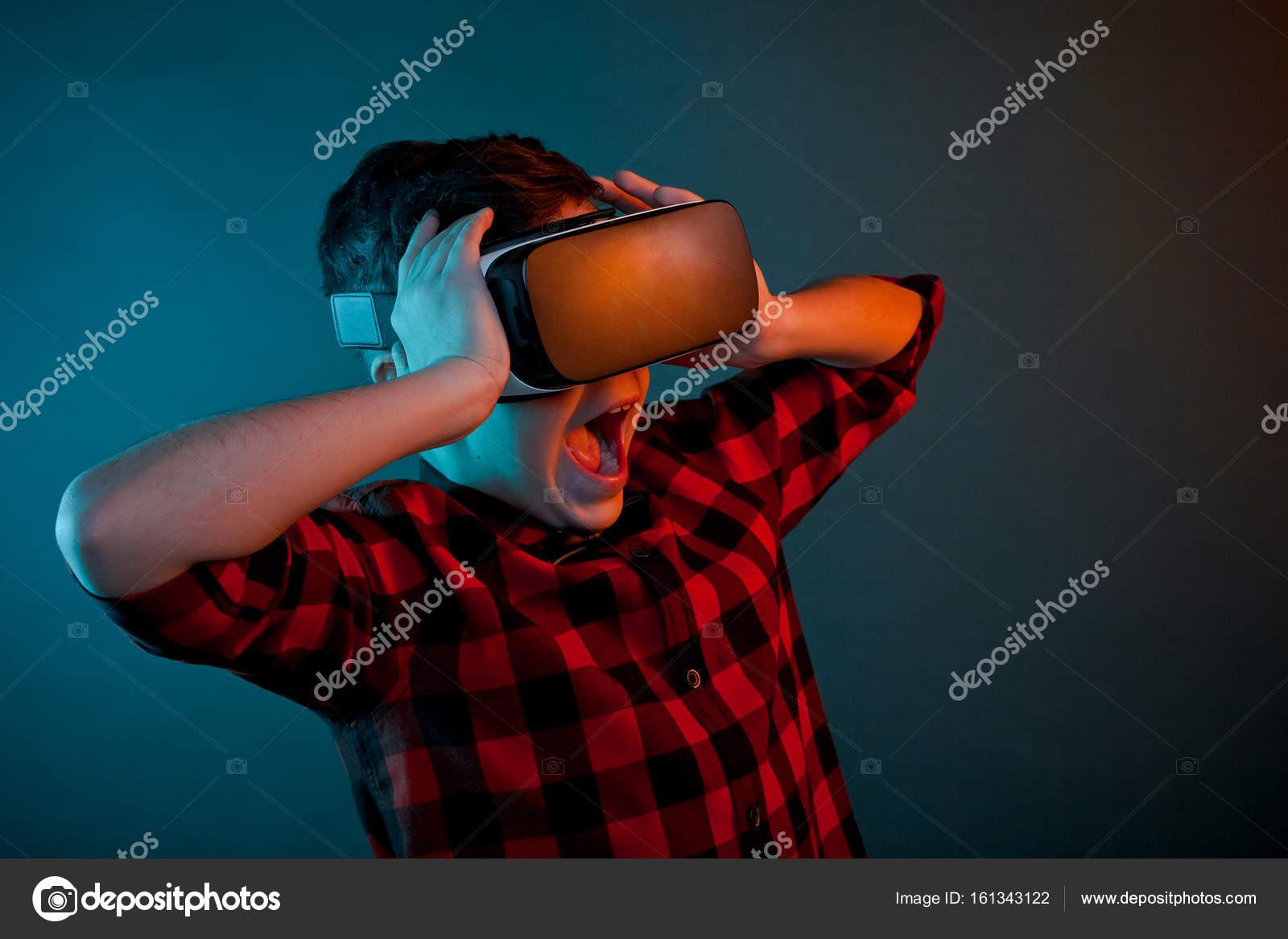 Ijedt gyerek Vr szemüveg — Stock Fotó © kegfire  161343122 77af8f8d0d