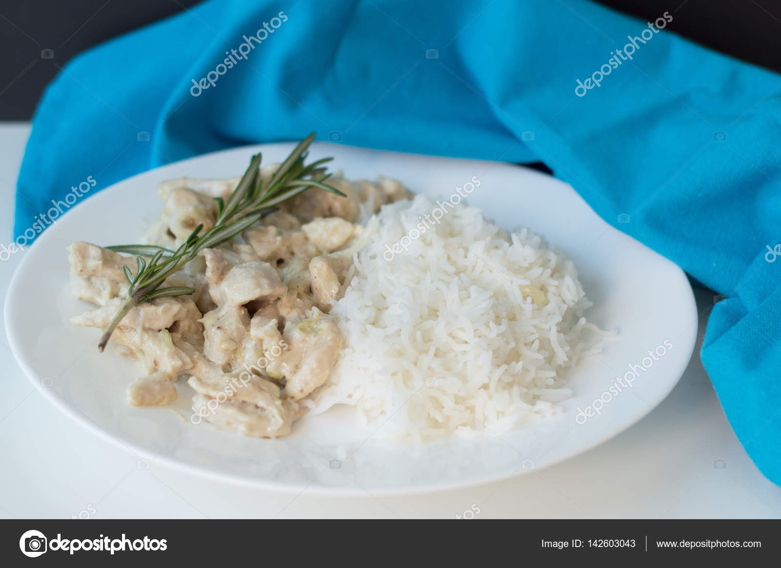 Hausgemachte Huhn gekocht mit weißer Sauce und Reis — Stockfoto ...