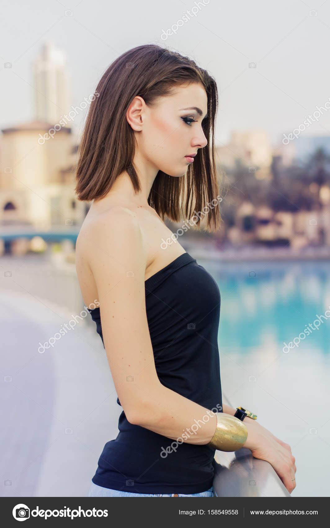 34a6a6040663 Ritratto verticale della giovane donna europea nella parte superiore nera e  con elegante bob cut — Foto di ...