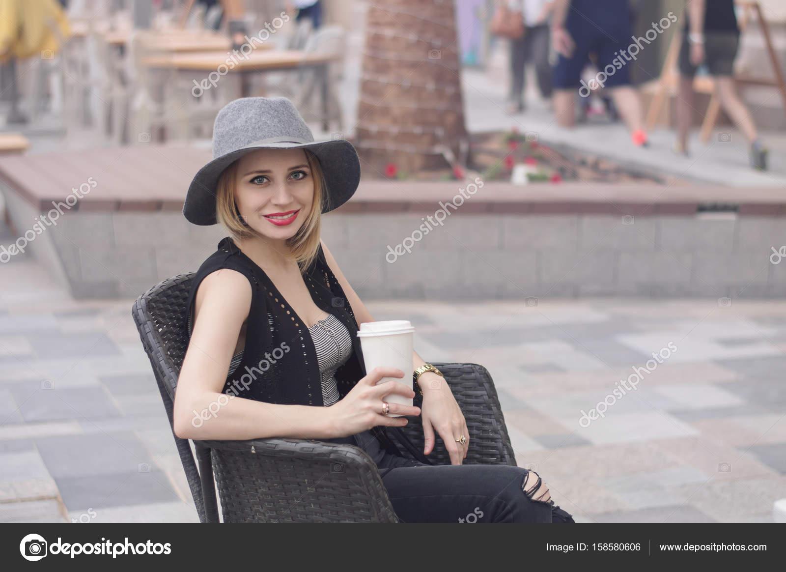 4a3b196b129be Retrato de mujer rubia joven con bob corte peinado