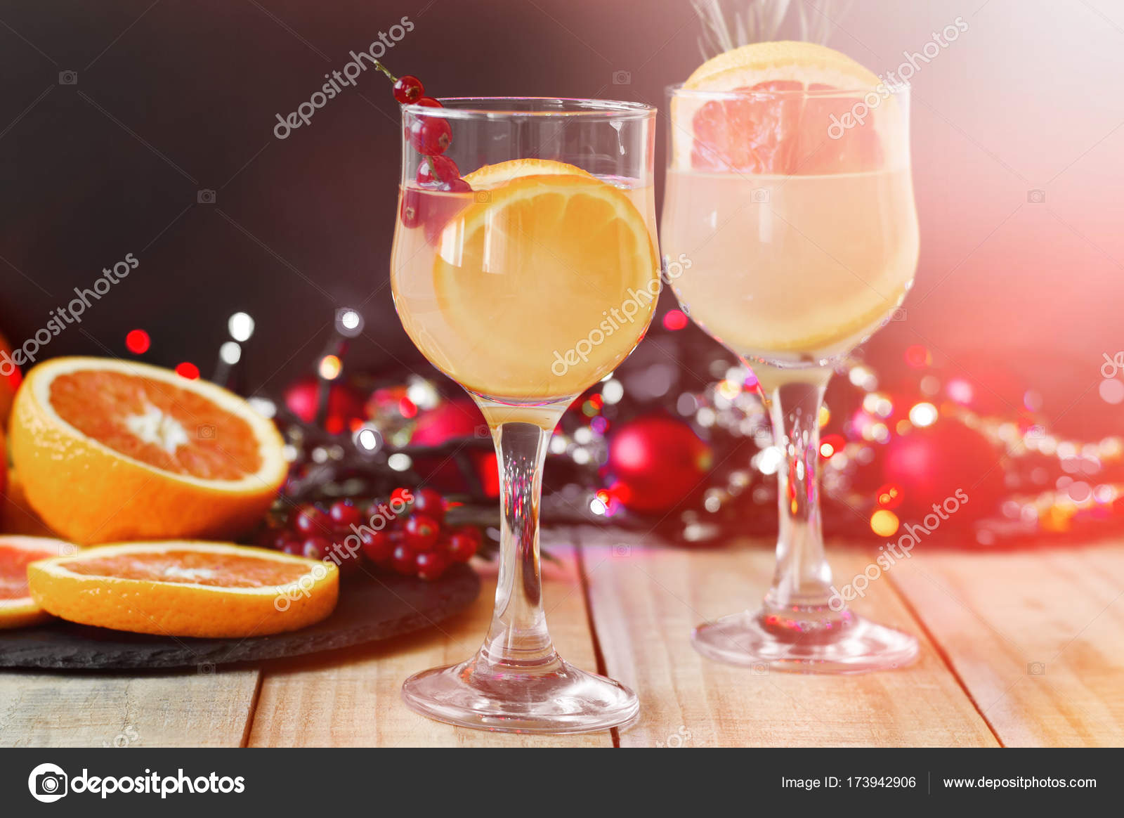 Party-Getränke. Cocktails mit Orange, Grapefruit und roten ...