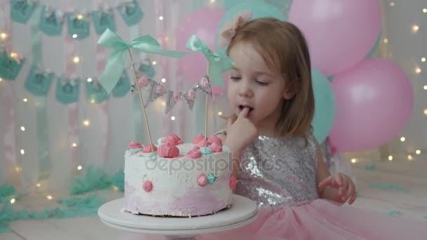 A gyerek szülinapját ünnepli