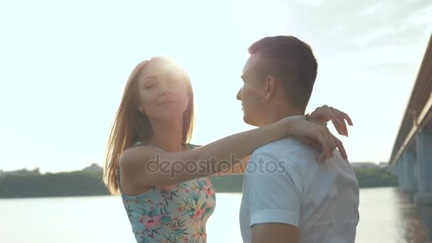 Женшина и парень видео