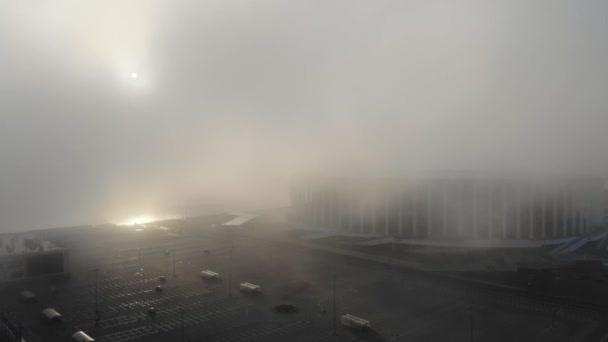 Město v mlze, časné ráno, léto. Letecký