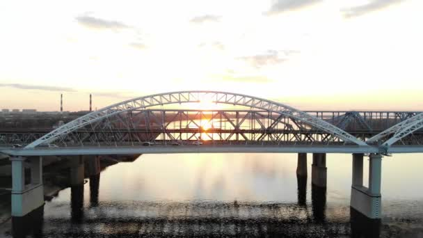 Západ slunce nad řekou, přeletěl most přes řeku