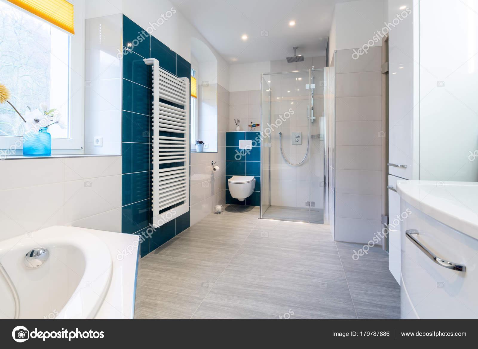 Inloopdouche Met Wastafel : Ruime badkamer met blauwe en witte tinten met verwarmde vloeren