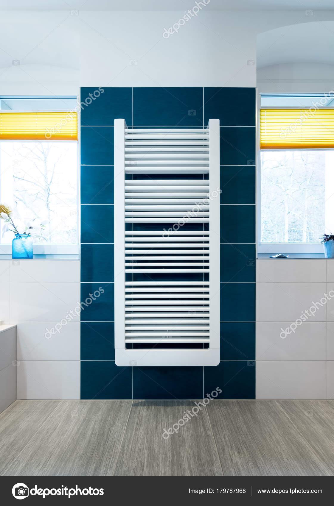 Weiße Handtuchtrockner blau gefliestes Badezimmer Wand — Stockfoto ...