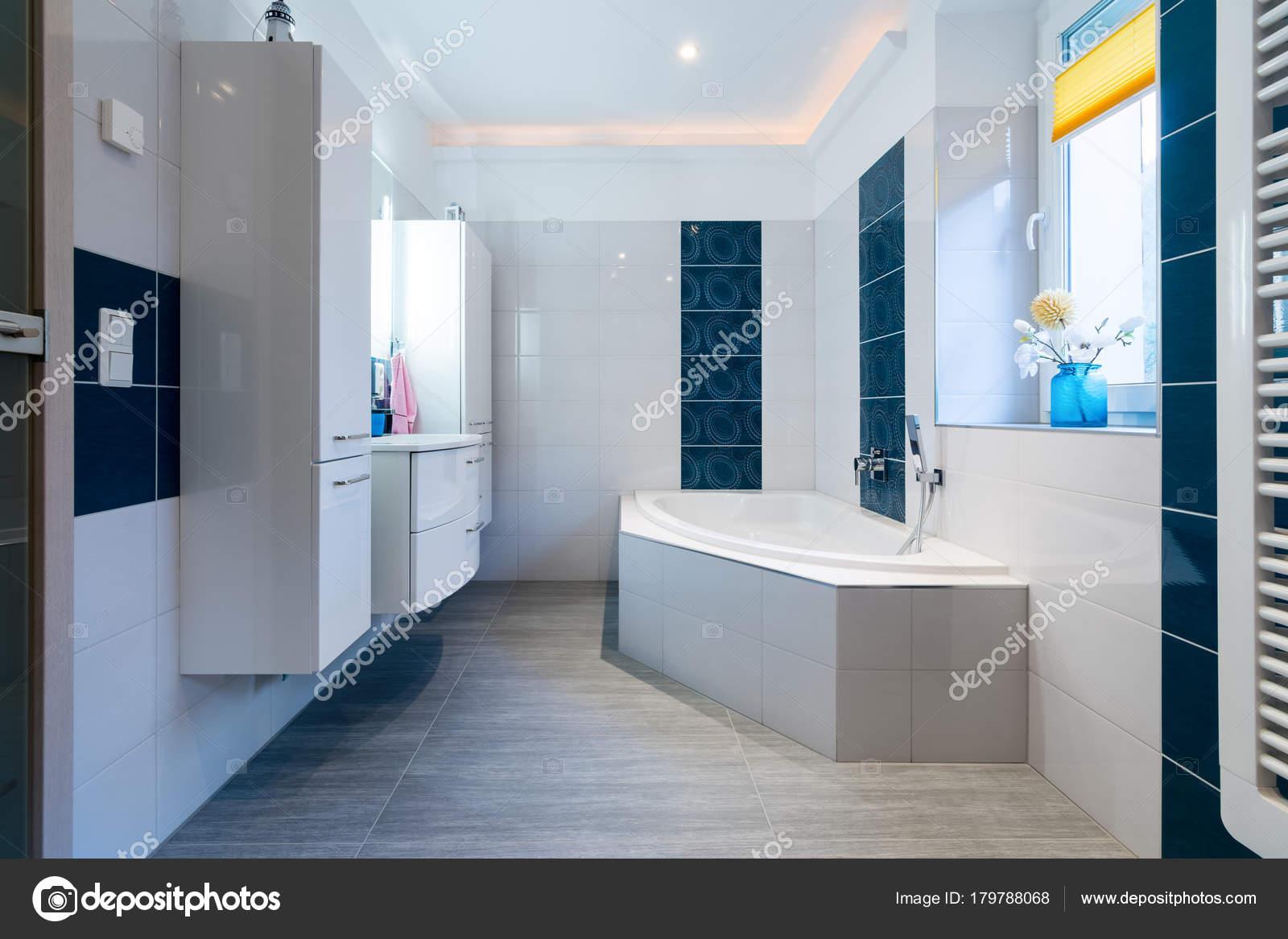 Moderno bagno lucide piastrelle bianche e blue vasca lavandino