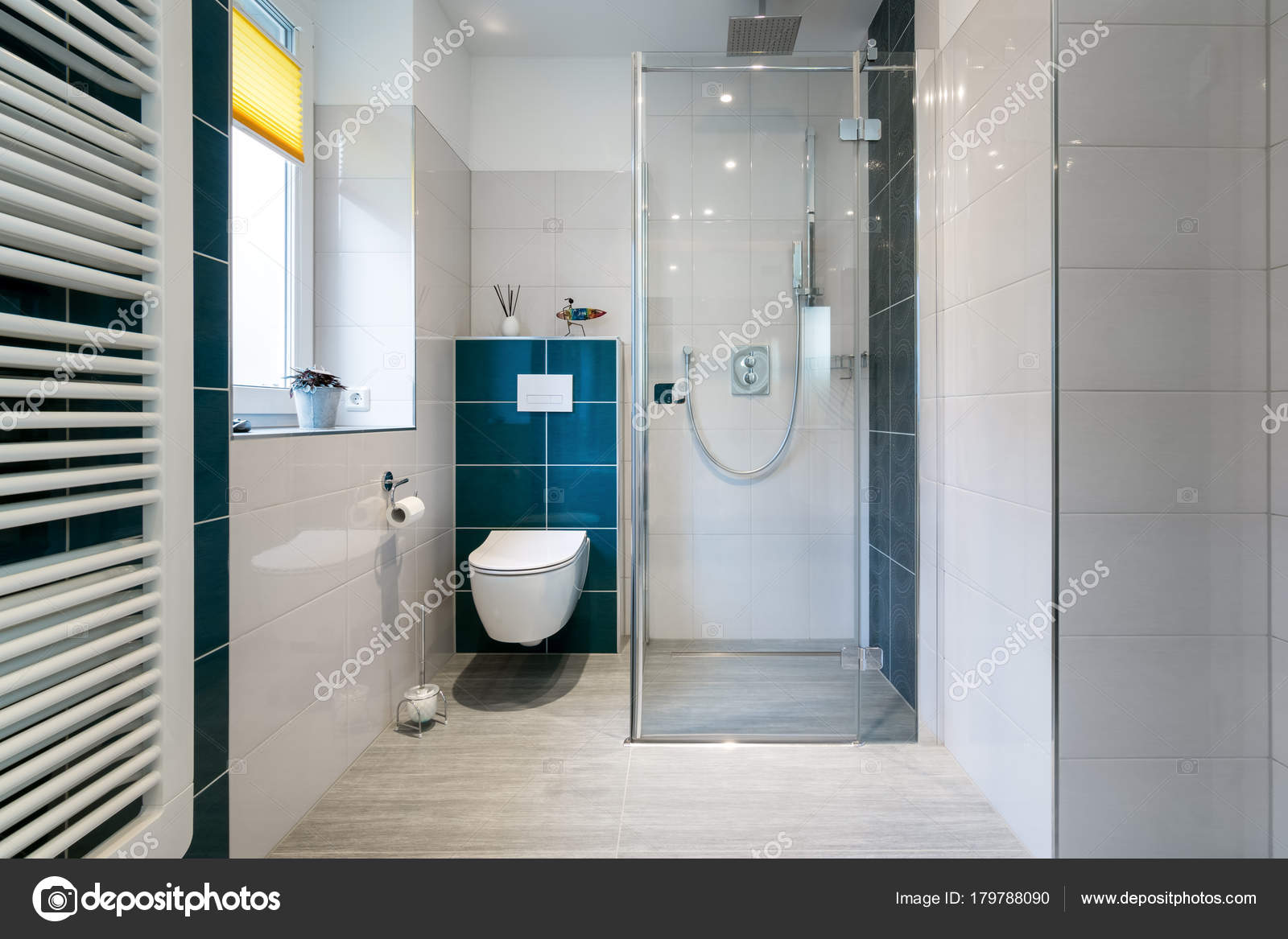 Lussuoso bagno con cabina doccia in vetro colpo orizzontale di
