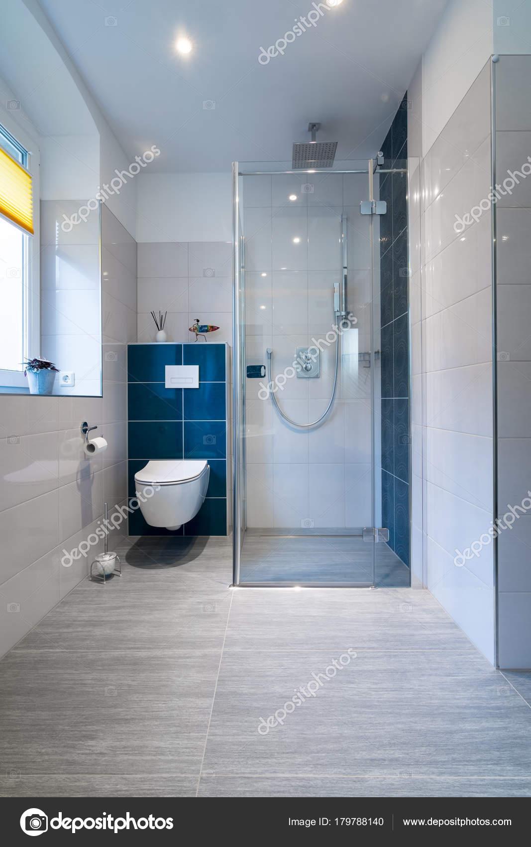 Lussuoso bagno con cabina doccia in vetro colpo for Un bagno in cabina
