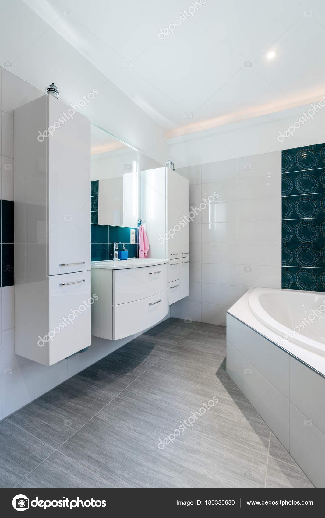 Geräumiges Bad in blauen und weißen Tönen mit Fußbodenheizung ...