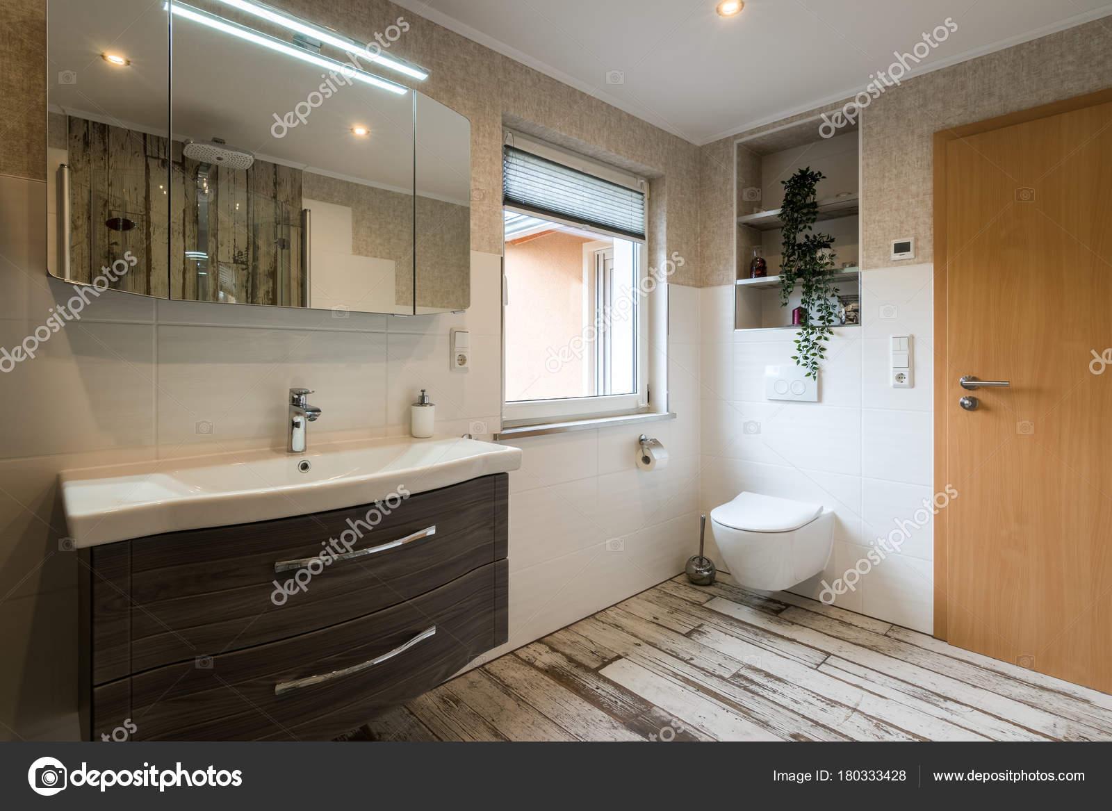 Bagno moderno in stile vintage con colpo orizzontale servizi