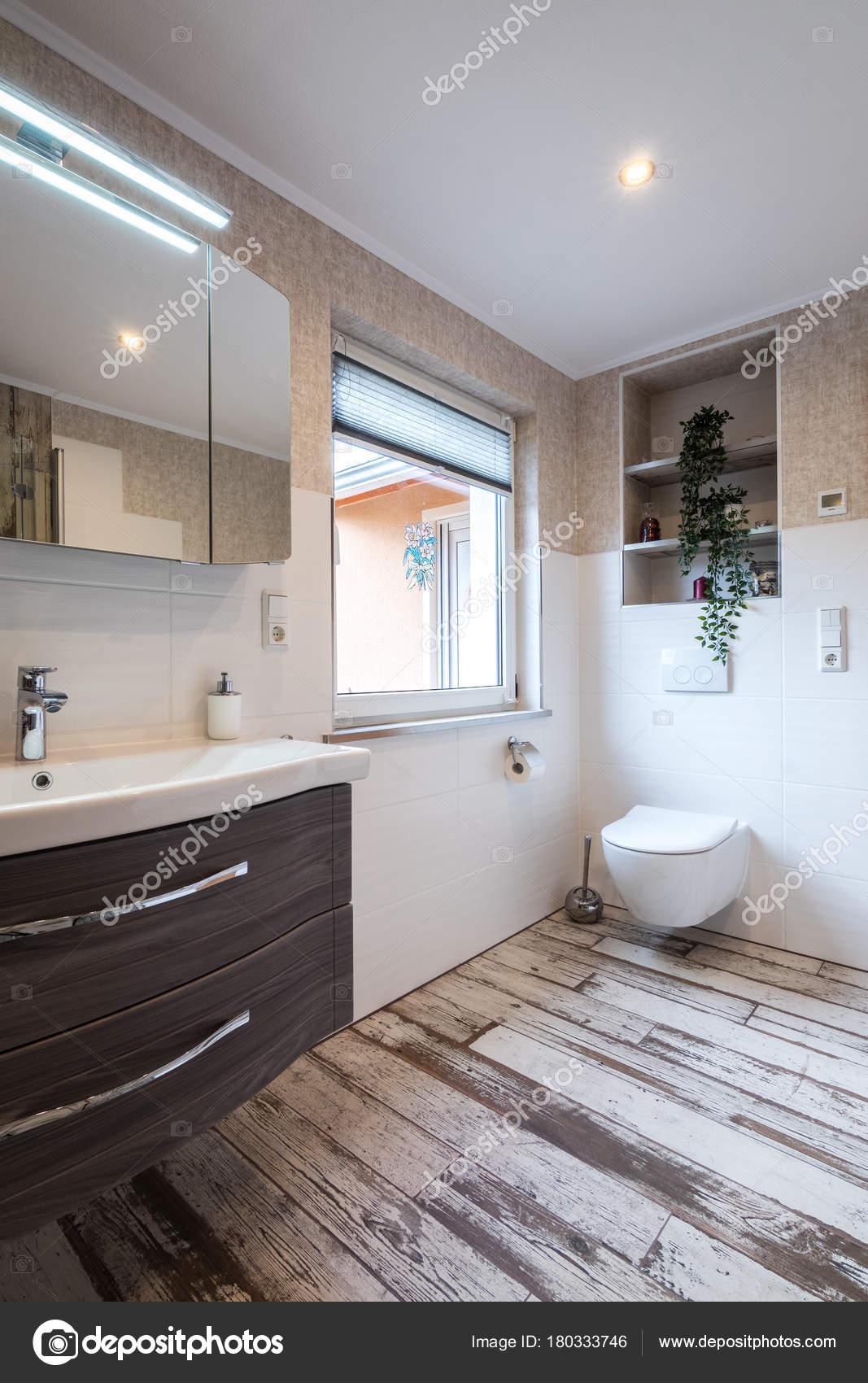 Moderne badkamer in vintage stijl met toilet — Stockfoto © HT-Pix ...
