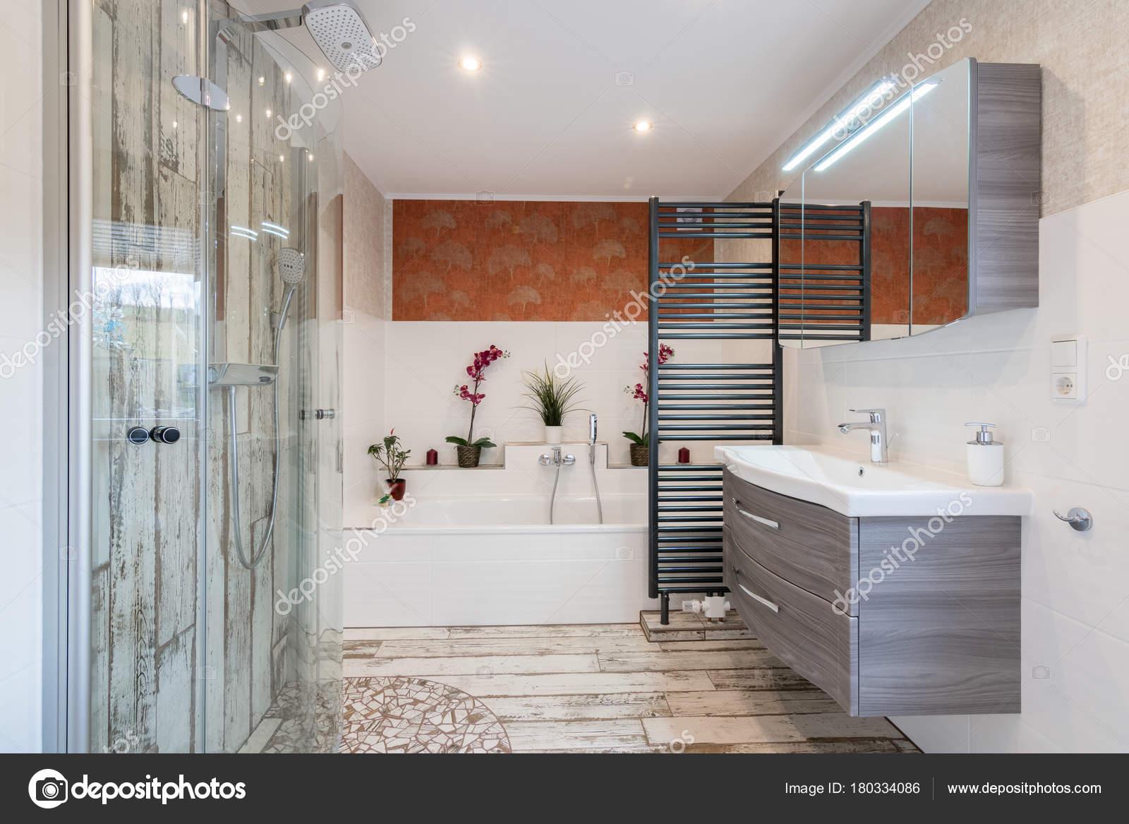 Modernes Bad Im Vintage Stil Mit Waschbecken, Badewanne, Dusche Aus Glas  Und Schwarzem