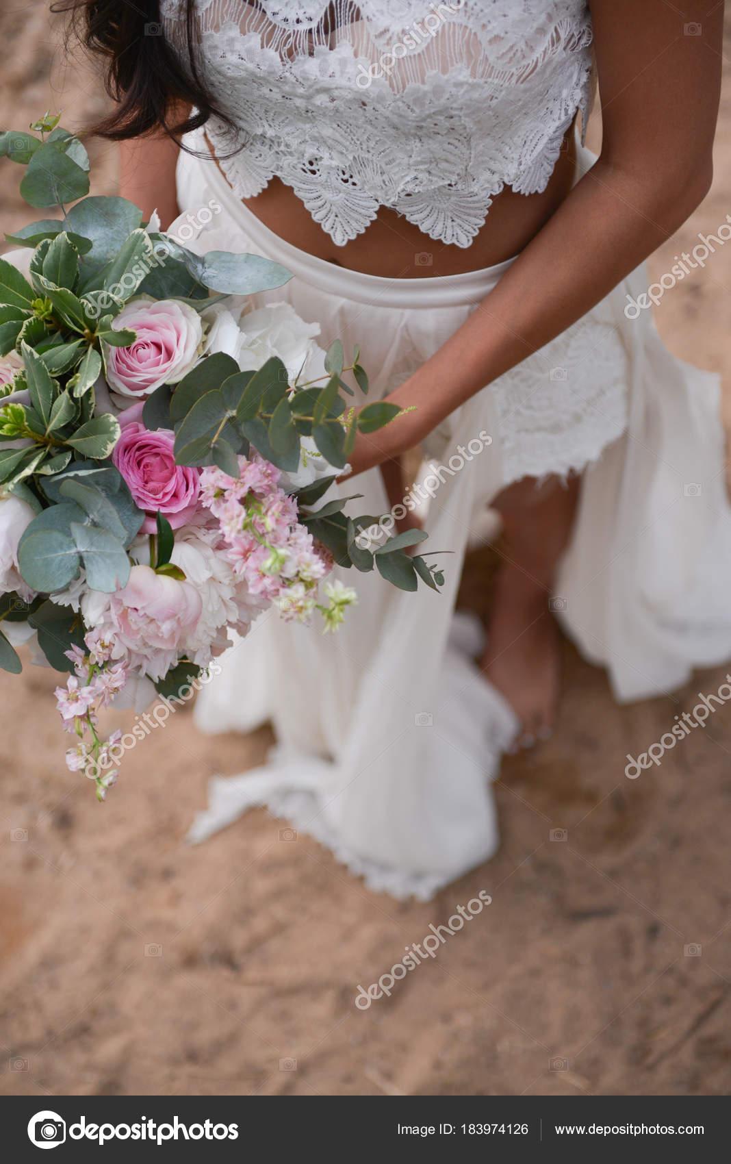 Braut Halt Ihren Brautstrauss Boho Stockfoto C Olgachan 183974126