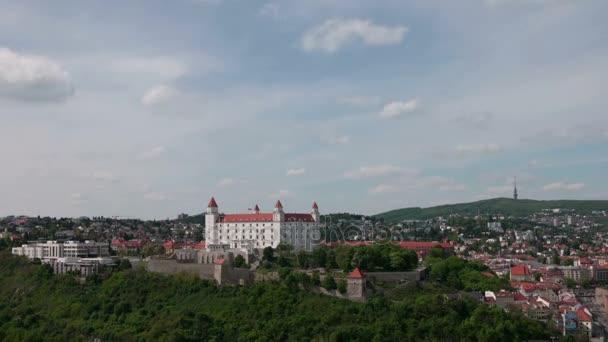 Panoramatický pohled na hrad a město.