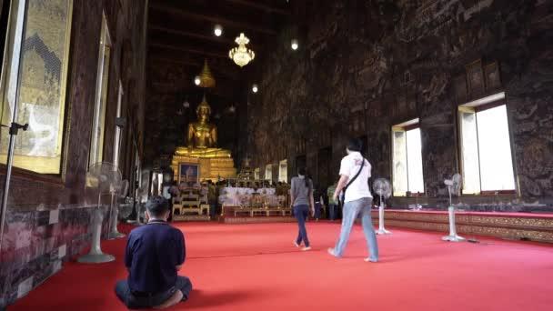 Bangkok, Thaiföld. Január 2018. Az arany szobor a Buddha, Wat Suthat templomban.