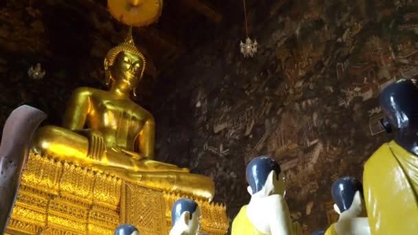 Bangkok, Thaiföld. Január 2018. Az arany Buddha, Wat Suthat templomban, Bangkok, Thaiföld.
