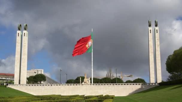 Lisszabon, Portugália. Április 2018. A portugál zászló integet Jardim Amlia Rodrigues-Lisszabon portugál látképe