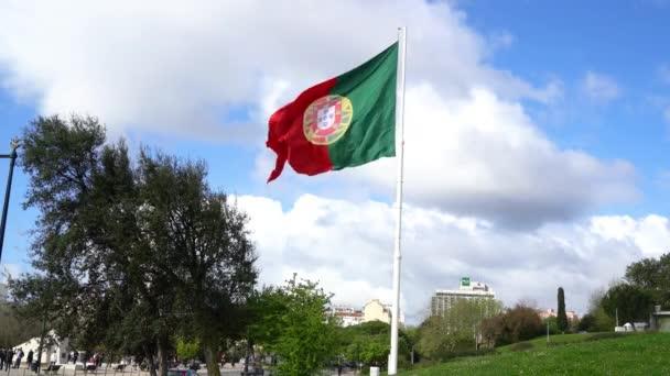 Lisszabon, Portugália. Április 2018. A portugál zászló integet az Eduardo Vii park Lisszabonban