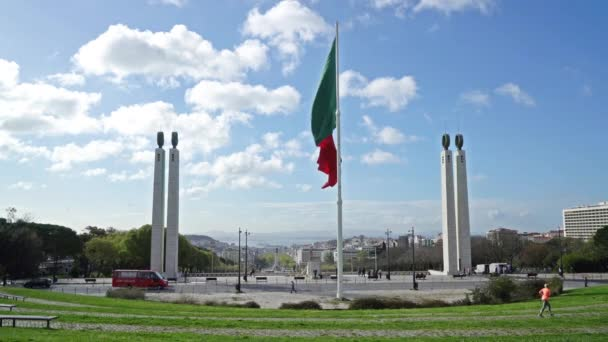 Lisszabon, Portugália. Április 2018. A portugál zászló integet Jardim Amlia Rodrigues Lisszabonban látképe